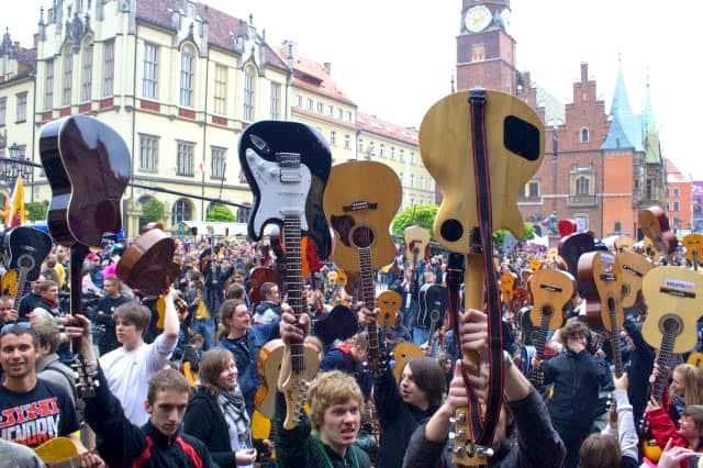 Zdjęcie ludzi z gitarami. Gitarowy rekord guinessa we Wrocławiu 2009